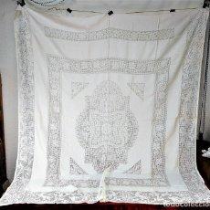 Antigüedades: CUBRE CAMA DE MATRIMONIO. DE LAGARTERA. LINO. TOTALMENTE DECORADO. ESPAÑA. CIRCA 1950. Lote 207499656