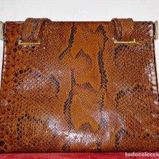 Antiquités: BOLSO DE SEÑORA. PIEL DE SERPIENTE. HERRAJES DORADOS. ESPAÑA. CIRCA 1950. Lote 207519355