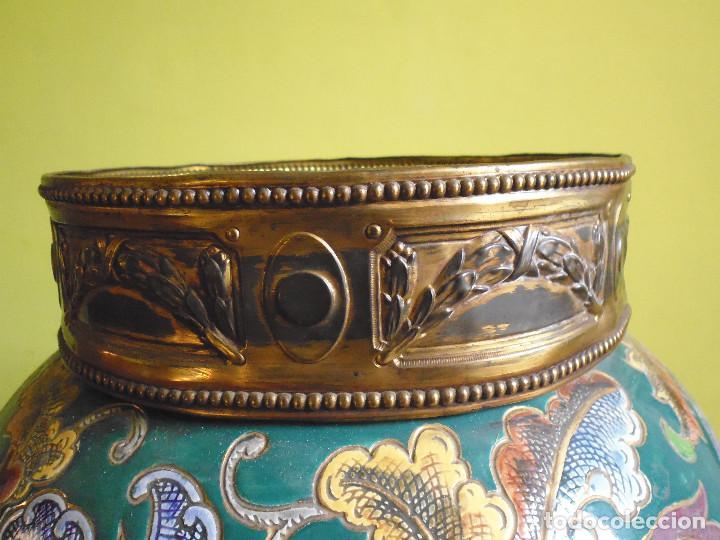 Antigüedades: JARRÓN MACETERO FLORERO CERÁMICA ESMALTADA, LATÓN Y BASE DE MARMOL. - Foto 9 - 184587741