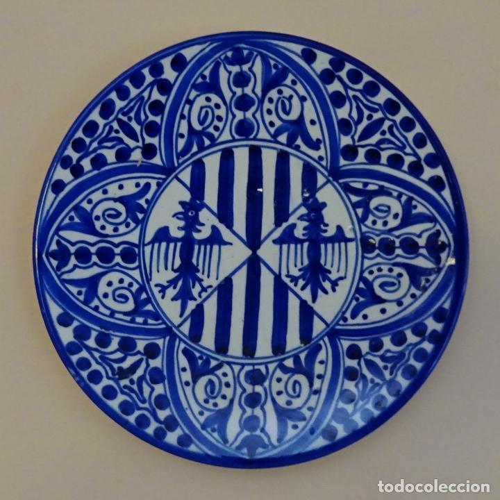 PLATO PINTADO A MANO CON DECORACIÓN MOTIVOS HERÁLDICOS. ¿MANISES?. DIÁMETRO 25,5 CM. FALLERO HONOR (Antigüedades - Porcelanas y Cerámicas - Otras)