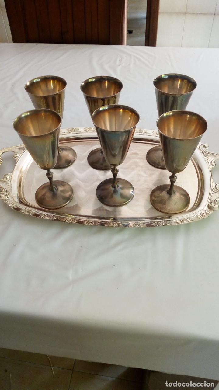 BANDEJA Y COPAS DE METAL PLATEADO (Antigüedades - Hogar y Decoración - Bandejas Antiguas)