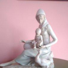 Antigüedades: FIGURA DE PORCELANA. MUJER CON NIÑO Y PATO. Lote 207714985