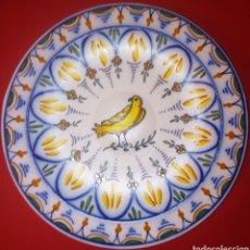 Antigüedades: PLATO DE CERAMICA DE MANISES - PAJARO CON RAMA DE OLIVO - DE GRAN COLORIDO Y DETALLE - SELLADO. Lote 207785031