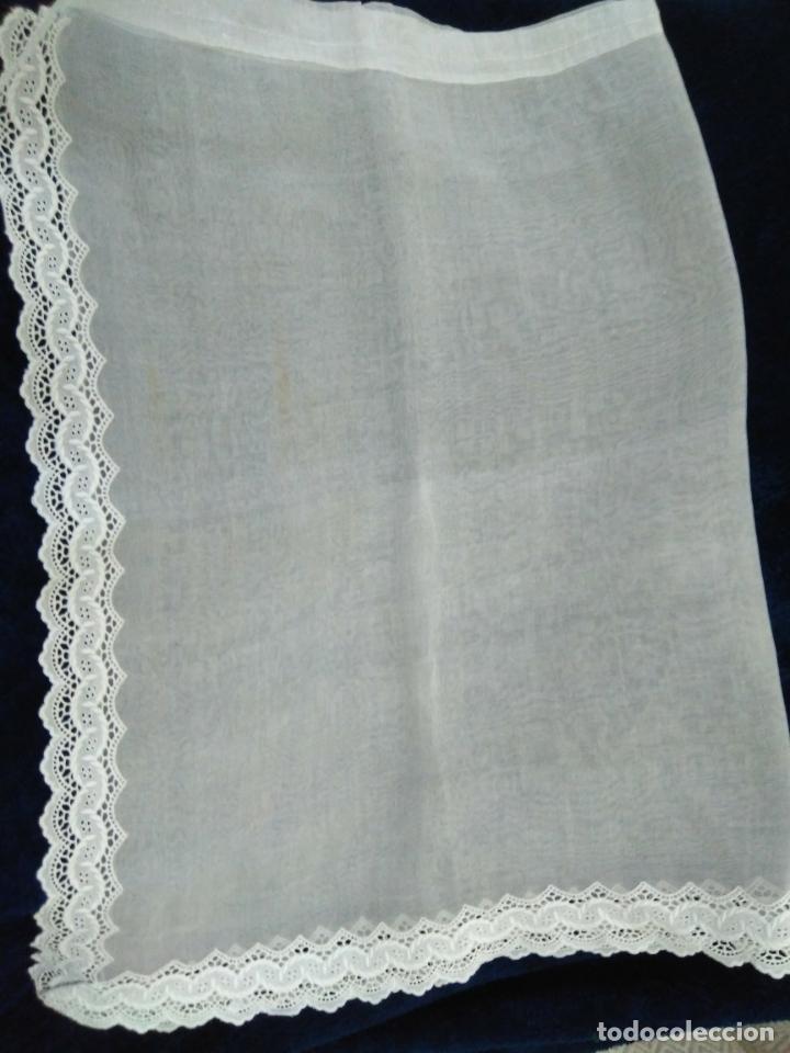 Antigüedades: Visillo de organza con incrustación de puntilla bordada en el bajo y un lateral,sin uso, 57 x 89 cm - Foto 2 - 207883548