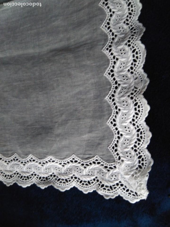 Antigüedades: Visillo de organza con incrustación de puntilla bordada en el bajo y un lateral,sin uso, 57 x 89 cm - Foto 3 - 207883548