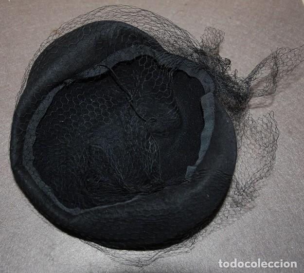 Antigüedades: LOTE SOMBRERO DE FIELTRO CON REJILLA + VELO DE TUL BORDADO A MANO AÑOS 20 - Foto 3 - 207891767