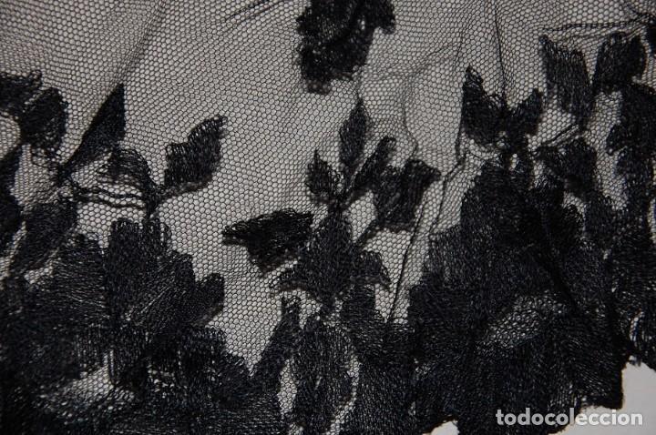 Antigüedades: LOTE SOMBRERO DE FIELTRO CON REJILLA + VELO DE TUL BORDADO A MANO AÑOS 20 - Foto 7 - 207891767