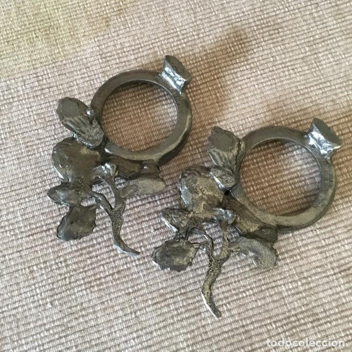 Antigüedades: Dos Portavelas antiguos 95% estaño holandés, pewter, peltre, tin. Motivos florales. Antiguos - Foto 6 - 207909071