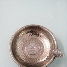 Antigüedades: CUENCO CENICERO PLATEADO CON MONEDA DE PLATA 2 PESETAS 1869. GOBIERNO PROVISIONAL. 9-8 CM.. Lote 207918132