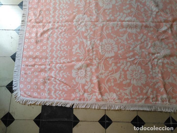 Antigüedades: COLCHA FLORA ROSA Y BLANCA 226 X 196 CON FLECOS INCLUIDOS IDEAL CONFECCION VIRGEn divina pastora - Foto 5 - 207986768