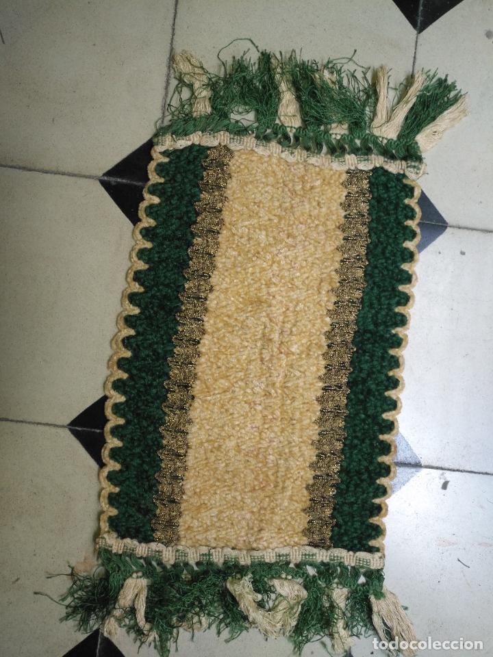 Antigüedades: antiguo tapete o pequeño camino de mesa hecho a mano de lana flecos y galon pasamaneria oro - Foto 2 - 207993608