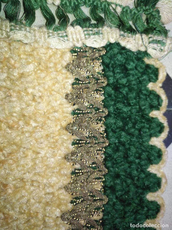 Antigüedades: antiguo tapete o pequeño camino de mesa hecho a mano de lana flecos y galon pasamaneria oro - Foto 4 - 207993608