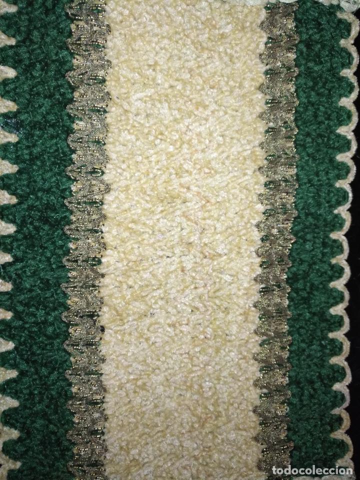 Antigüedades: antiguo tapete o pequeño camino de mesa hecho a mano de lana flecos y galon pasamaneria oro - Foto 6 - 207993608