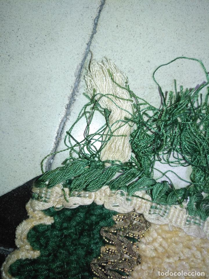 Antigüedades: antiguo tapete o pequeño camino de mesa hecho a mano de lana flecos y galon pasamaneria oro - Foto 7 - 207993608