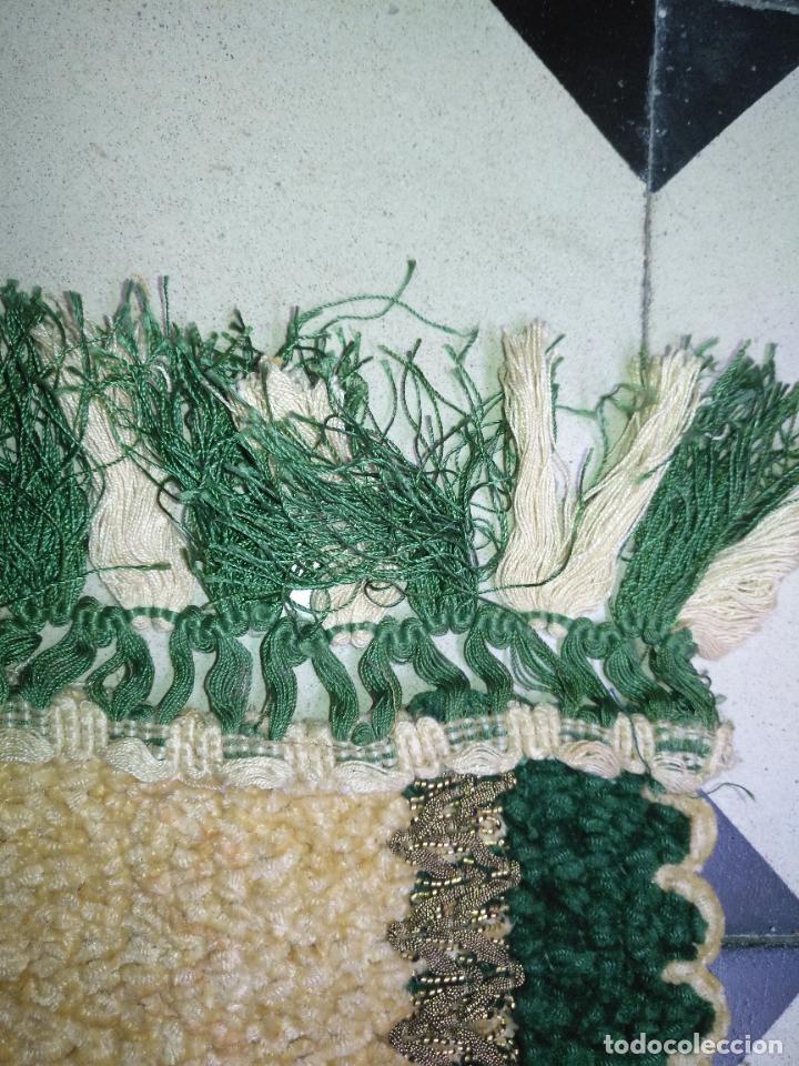 Antigüedades: antiguo tapete o pequeño camino de mesa hecho a mano de lana flecos y galon pasamaneria oro - Foto 8 - 207993608