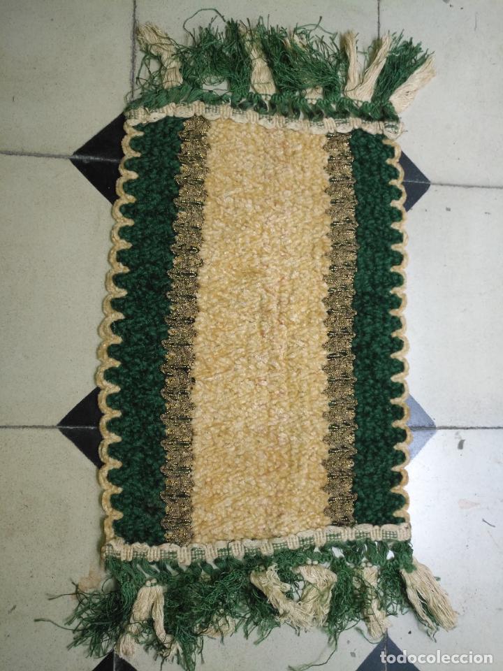 Antigüedades: antiguo tapete o pequeño camino de mesa hecho a mano de lana flecos y galon pasamaneria oro - Foto 9 - 207993608