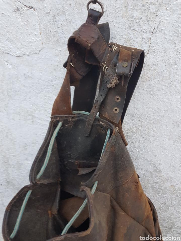 Antigüedades: Antigua mochila de cuero pastor arte pastoril - Foto 2 - 207998280