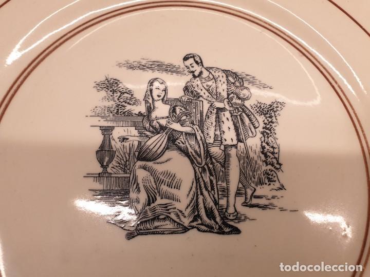 Antigüedades: Antiguo plato de Loza con motivo de amantes. 30 centímetros de diámetro. (Envío 4,31€) - Foto 2 - 208013260