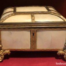 Antigüedades: SOBERBIA CAJA-JOYERO, DE ÉPOCA NAPOLEON III, EN BRONCE DORADO, Y PLACAS DE MARFIL.. Lote 208038682
