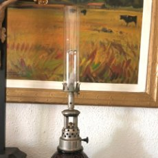 Antigüedades: RARO QUINQUÉ DE ACETILENO Y GAS DE CRISTAL ROJO. Lote 208042272