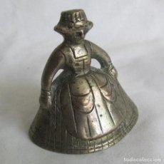 Antigüedades: CAMPANA CAMPANILLA DE MANO EN BRONCE, FORMA DE MUJER HOLANDESA. Lote 208063378