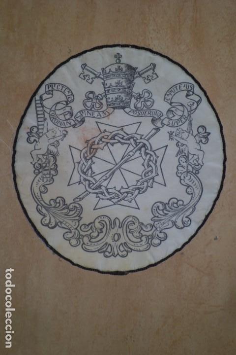 ESCUDO DE TELA DE COFRADIA RELIGIOSA (Antigüedades - Religiosas - Escapularios Antiguos)