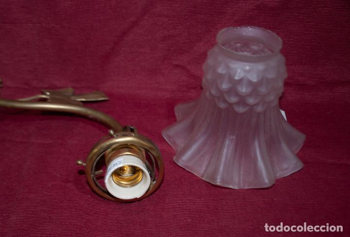 Antigüedades: BONITO APLIQUE MODERNISTA DE BRONCE Y TULIPA DE VIDRIO SATINADO - Foto 5 - 208117575