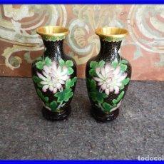 Antigüedades: JARRONES CLOISONNE DE ESMALTE Y BRONCE. Lote 208119400