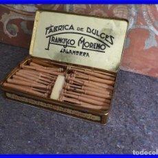 Antigüedades: LOTE DE BOLILLOS ANTIGUOS DE MADERA EN CAJA DE METAL. Lote 208121390