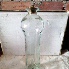 Antigüedades: ANTIGUA BOTELLA DE CRISTAL CON GRIFO. Lote 208134635