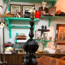 Antigüedades: ANTIGUA LAMPARA DE MESA CON QUERUBIN TALLA MADERA - MEDIDA 53 CM. Lote 208177492