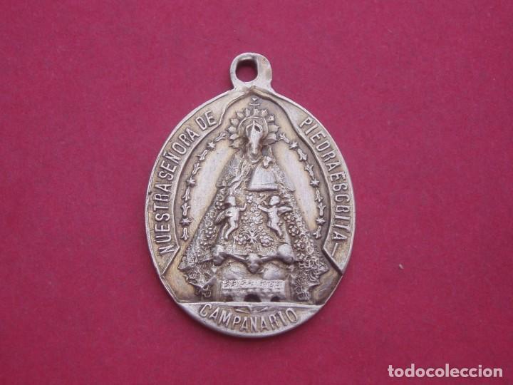 MEDALLA ANTIGUA VIRGEN DE PIEDRAESCRITA Y SAGRADO CORAZÓN DE JESÚS. CAMPANARIO. BADAJOZ. (Antigüedades - Religiosas - Medallas Antiguas)