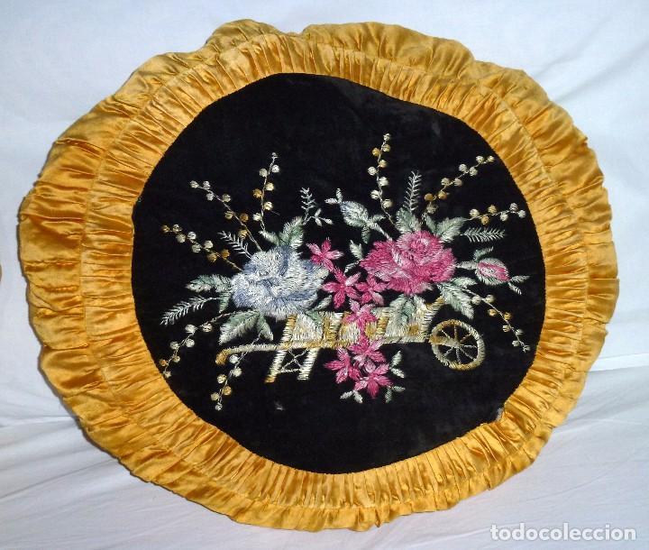 Antigüedades: Pareja De Almohadones Cojines Bordados A Mano 54 Cm. - Foto 2 - 208202270