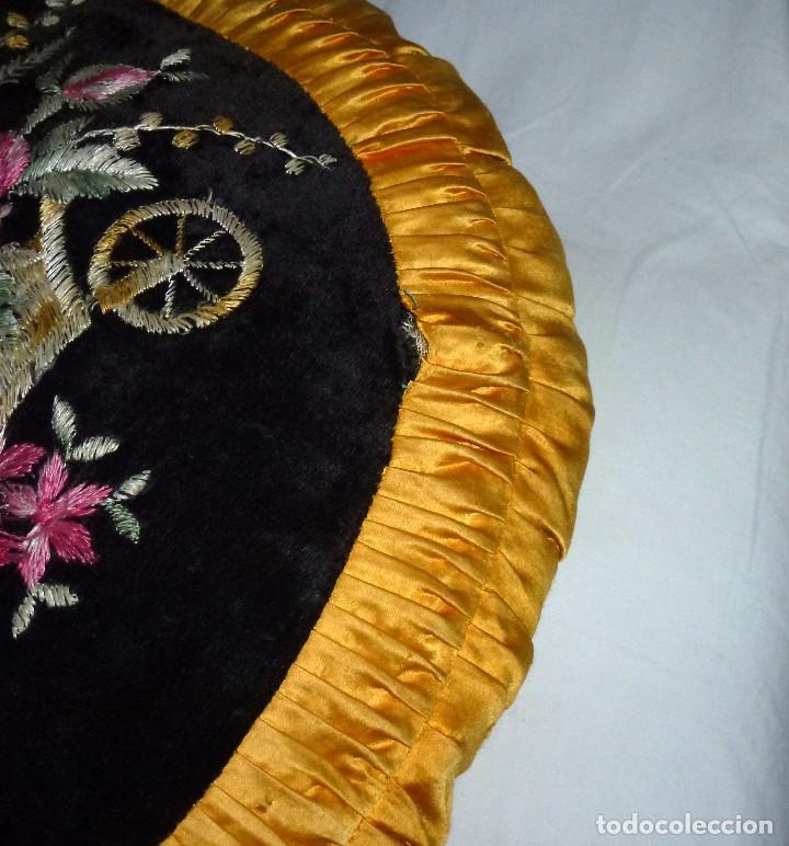 Antigüedades: Pareja De Almohadones Cojines Bordados A Mano 54 Cm. - Foto 7 - 208202270