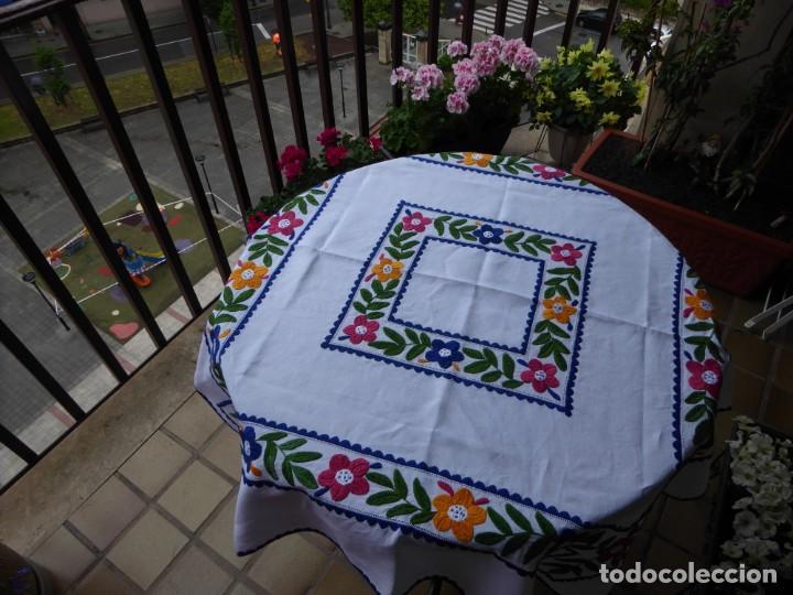 MANTEL DE LINO CON ESPECTACULAR BORDADO - IMPECABLE (Antigüedades - Hogar y Decoración - Manteles Antiguos)