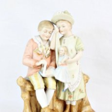 Antigüedades: FIGURA NIÑA Y NIÑO CON MUÑECA. PORCELANA BISCUIT. THURINGIA CA 1890. BISQUE PORCELAIN FIGURINE. Lote 208349335