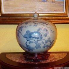 Antigüedades: JARRON - TIBOR CHINO DE PORCELANA - MOTIVOS FLORALES - PEANA DE MADERA TALLADA.. Lote 168187745
