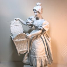 Antigüedades: FIGURA PORCELANA BISCUIT- FRANCIA- MUJER CON CANASTO- 34 CM. Lote 208380673