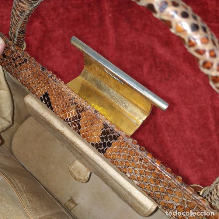 Antigüedades: BOLSO DE SEÑORA. PIEL DE SERPIENTE. HERRAJES EN METAL DORADO. ESPAÑA. CIRCA 1950 - Foto 18 - 208389060