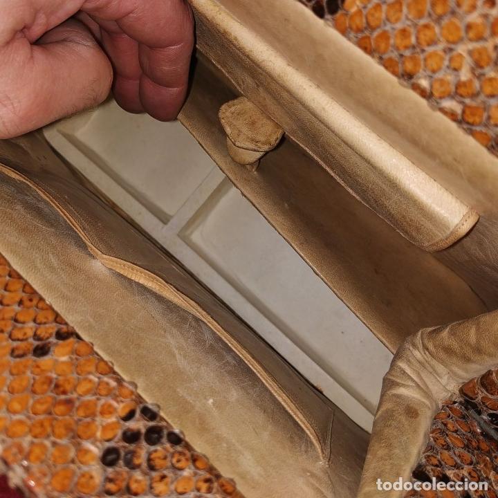 Antigüedades: BOLSO DE SEÑORA. PIEL DE SERPIENTE. HERRAJES EN METAL DORADO. ESPAÑA. CIRCA 1950 - Foto 19 - 208389060
