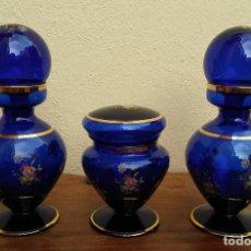 Antigüedades: JUEGO DE TOCADOR DE CRISTAL SOPLADO AZUL Y ORO, COMPLETO, PERFECTO ESTADO. Lote 208389306