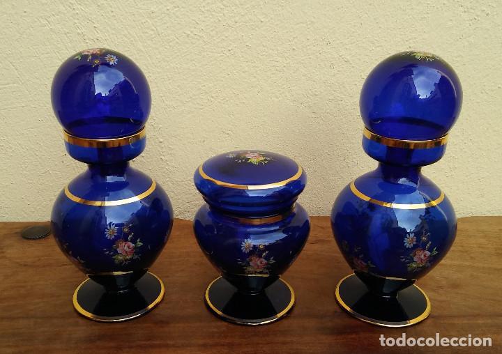 Antigüedades: JUEGO DE TOCADOR DE CRISTAL SOPLADO AZUL Y ORO, COMPLETO, PERFECTO ESTADO - Foto 2 - 208389306