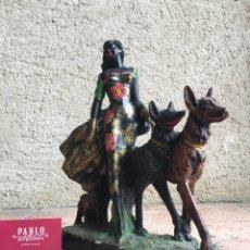 Antigüedades: FIGURA CON FIRMA A. SANTINI - ELEGANTE MUJER DE RAZA NEGRA PASEANDO A TRES PERROS, VESTIDO DE FLORES. Lote 208394726