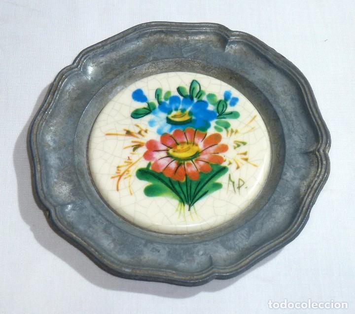 Antigüedades: Pareja De Platos De Peltre Y Ceramica Esmaltada. Para Colgar. Sellados.10 Cm. - Foto 2 - 219029292