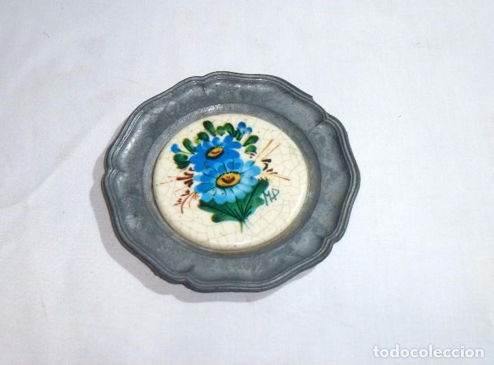 Antigüedades: Pareja De Platos De Peltre Y Ceramica Esmaltada. Para Colgar. Sellados.10 Cm. - Foto 3 - 219029292