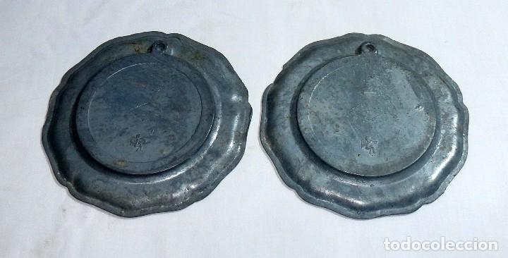 Antigüedades: Pareja De Platos De Peltre Y Ceramica Esmaltada. Para Colgar. Sellados.10 Cm. - Foto 4 - 219029292