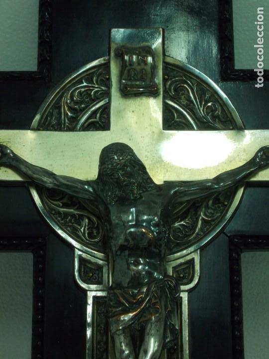 Antigüedades: ANTIGUA CRUZ DE MADERA CON CRISTO Y BENDITERA DE COBRE PLATEADO - ZARAGOZA - Foto 8 - 208446905