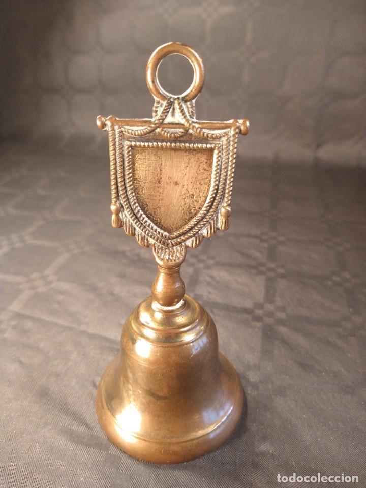 CAMPANA DE SOBREMESA EN BRONCE. DISEÑO ESTANDARTE. PP. S. XX. (Antigüedades - Hogar y Decoración - Campanas Antiguas)