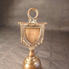 Antigüedades: CAMPANA DE SOBREMESA EN BRONCE. DISEÑO ESTANDARTE. PP. S. XX.. Lote 208449058