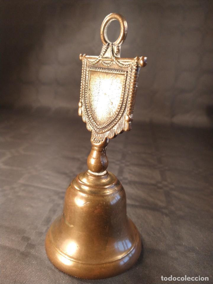 Antigüedades: CAMPANA DE SOBREMESA EN BRONCE. DISEÑO ESTANDARTE. PP. S. XX. - Foto 2 - 208449058